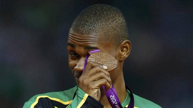 Warren Weir checking out his bronze medal. (Photo: Reuters)