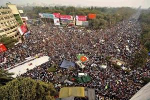 Huge crowds of protesters in Dhaka last week. (Photo: Andrew Biraj/Reuters)