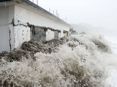Waves from Hurricane Sandy crash against an already-abandoned home on Caribbean Terrace. Photo: Gleaner