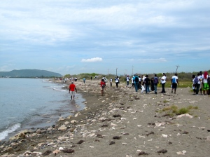 Volunteers heading down the beach towards Port Royal. (My photo)