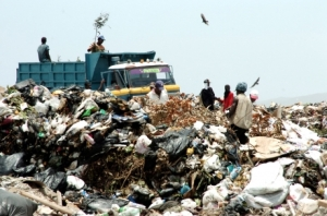 The National Environment & Planning Agency mentioned in passing last week that the Riverton City dump in Kingston is operating without a license. (Photo: Gleaner)