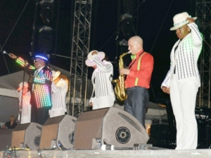 Charlie Wilson (left) on stage in Montego Bay - he was by all reports most entertaining. (Photo: Gleaner)