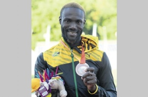 Shane Hudson shows off his silver medal at the Para (Photo: Naphtali Junior/Jamaica Observer)