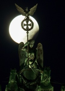 """The SuperMoon World Tour: """"Here I am at the Brandenburg Gate in Berlin! Wish you were here!"""" (KAY NIETFELD/AFP/Getty Images)"""