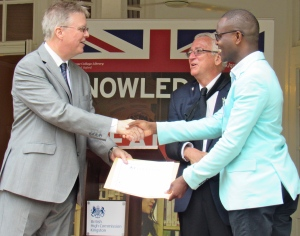 Oroyo Ebanks of the Jamaica Information Service receives his certificate. Education Minister Ronald Thwaites was telling the High Commissioner that Oroyo used to produce his program when Minister Thwaites was a talk show host on Power 106 FM - in another life… (My photo)