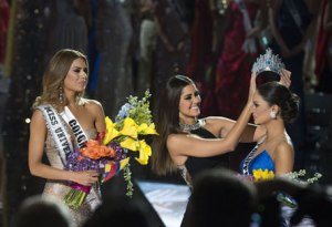 There, that's better! The crown is removed from Miss Colombia Ariadna Gutierrez (L) by Miss Universe 2014 Paulina Vega (C) after the pageant's host misread the card that actually stated Miss Philippines Pia Alonzo Wurtzbach (R) as winner in the 2015 MISS UNIVERSE show at Planet Hollywood Resort & Casino, in Las Vegas, California, on December 20, 2015. AFP