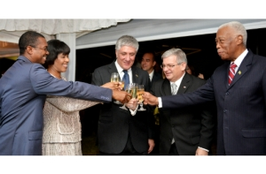 Prime Minister Portia Simpson Miller (2nd left), joins in a toast to the Government and people of Cuba. Others (from left) are: State Minister of Foreign Affairs and Foreign Trade Arnaldo Brown; United States (US) Ambassador to Jamaica, Luis Moreno; Cuba's Ambassador to Jamaica, Bernardo Guanche Hernández; and Foreign Minister AJ Nicholson. (Photo: Jamaica Observer)