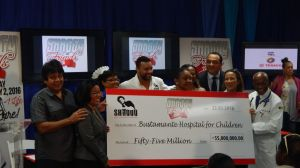 Shaggy, Health Minister Christopher Tufton and a large cheque. (Photo: Ministry of Health)