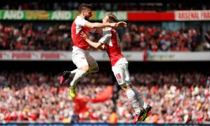 Olivier Giroud (left) suddenly started scoring after a dry spell, and a hat trick today clinched it! Here he leaps in joy with Nacho Monreal, who assisted him in a goal.