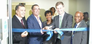 Time to cut the ribbon in the UN color. (Photo: UNEP)