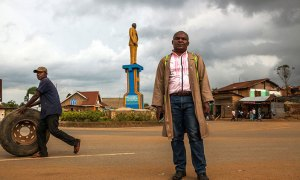 I follow quite a few African Twitter accounts, and found a fascinating article about a sculptor named Sauveur Mulwana, in front of one of the monuments that he created in Butembo, Democratic Republic of Congo. (AFP)